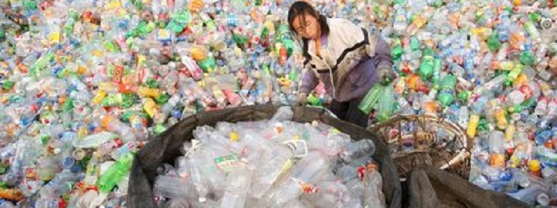 A Chinese migrant worker sorts and categorises a giant mound of plastic bottles at a recycling centre in Beijing, China, 11 March 2008. During the ongoing National People's Congress China raised the status of the Environmental Protection Administration to a ministry, reports state media 11 March 2008. Continuing environmental degradation has been identified by Chinese leadership as a major obstacle to sustainable economic growth. EPA/MICHAEL REYNOLDS +++(c) dpa - Bildfunk+++